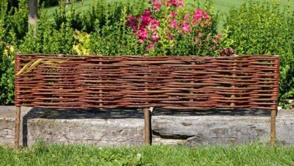 prútený plot, palisáda, obrubník