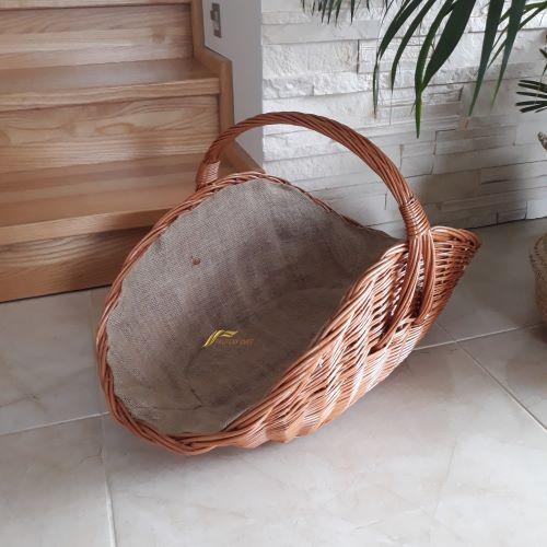 prútený kôš na drevo s jutou ku krbu