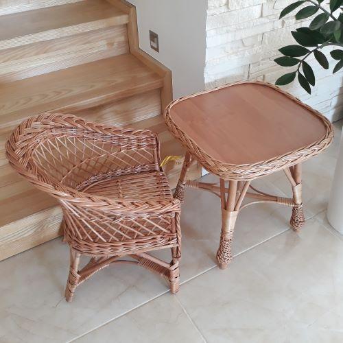 detská stolička + detský okrúhly alebo hranatý prútený stolík.